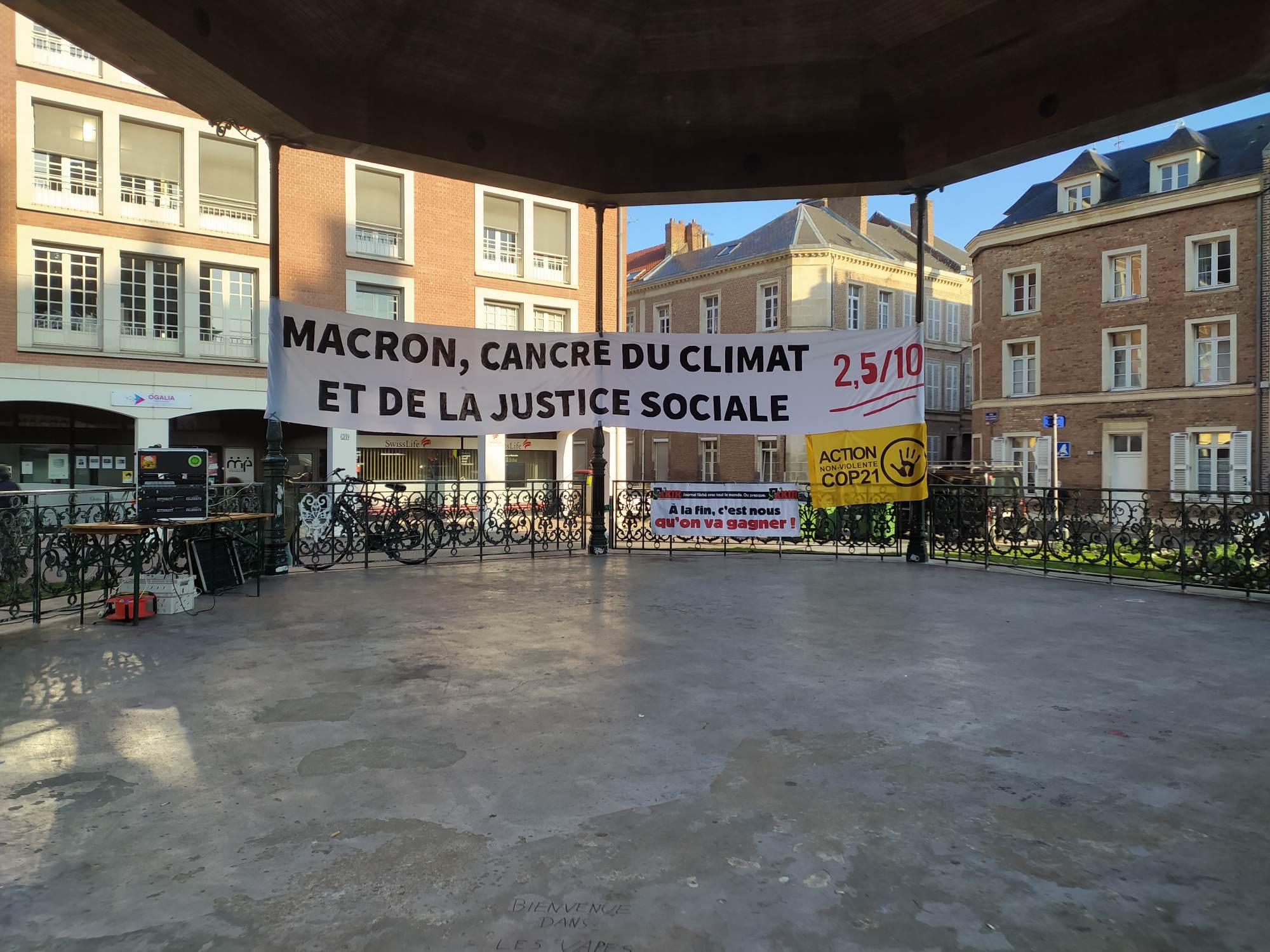 Rassemblement autour de l'activiste Gaspard Fontaine, jugé pour avoir décroché un portrait d'Emmanuel Macron